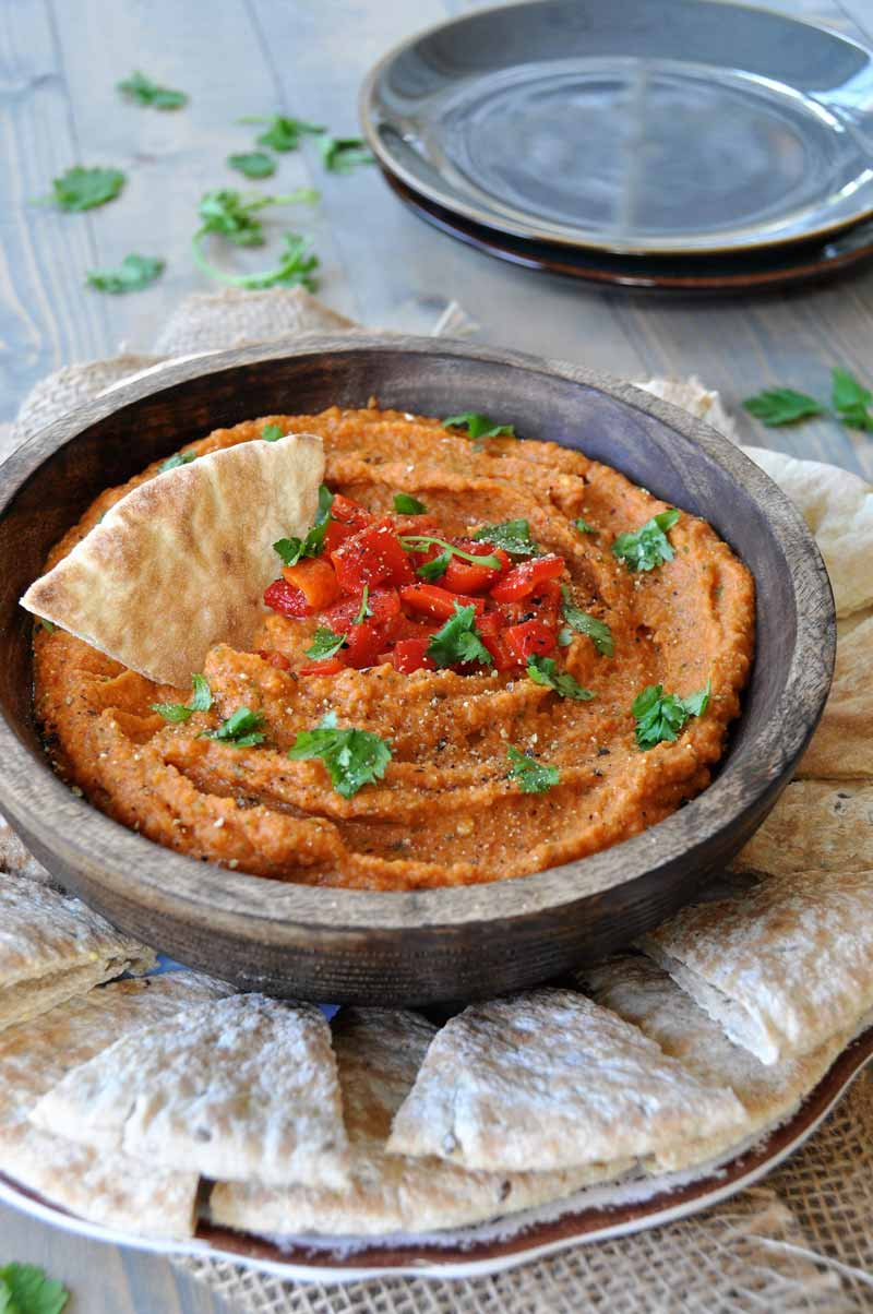 This roasted red pepper hummus recipe is so easy to make. Perfect for the holidays! www.veganosity.com